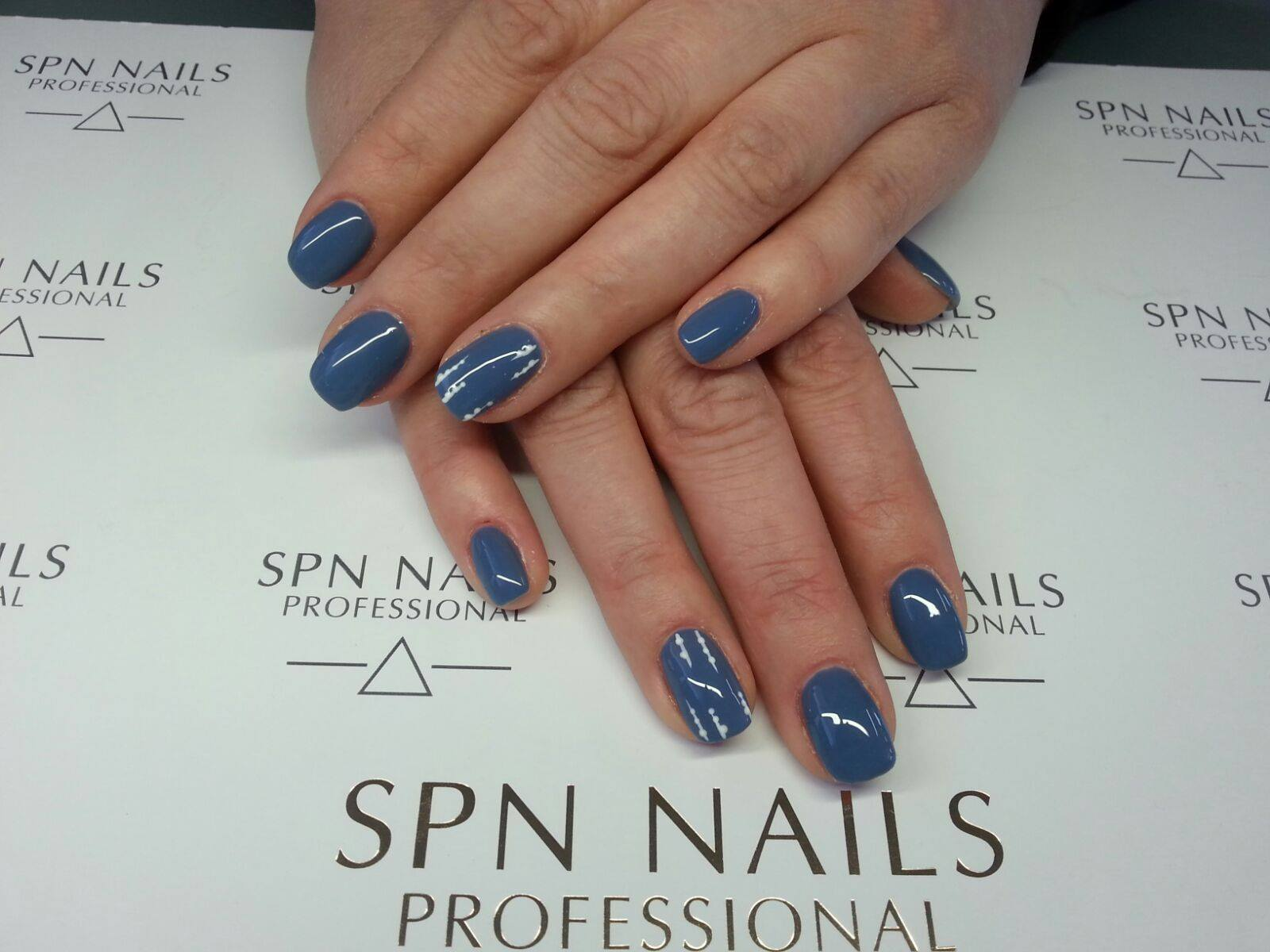 niebieski manicure